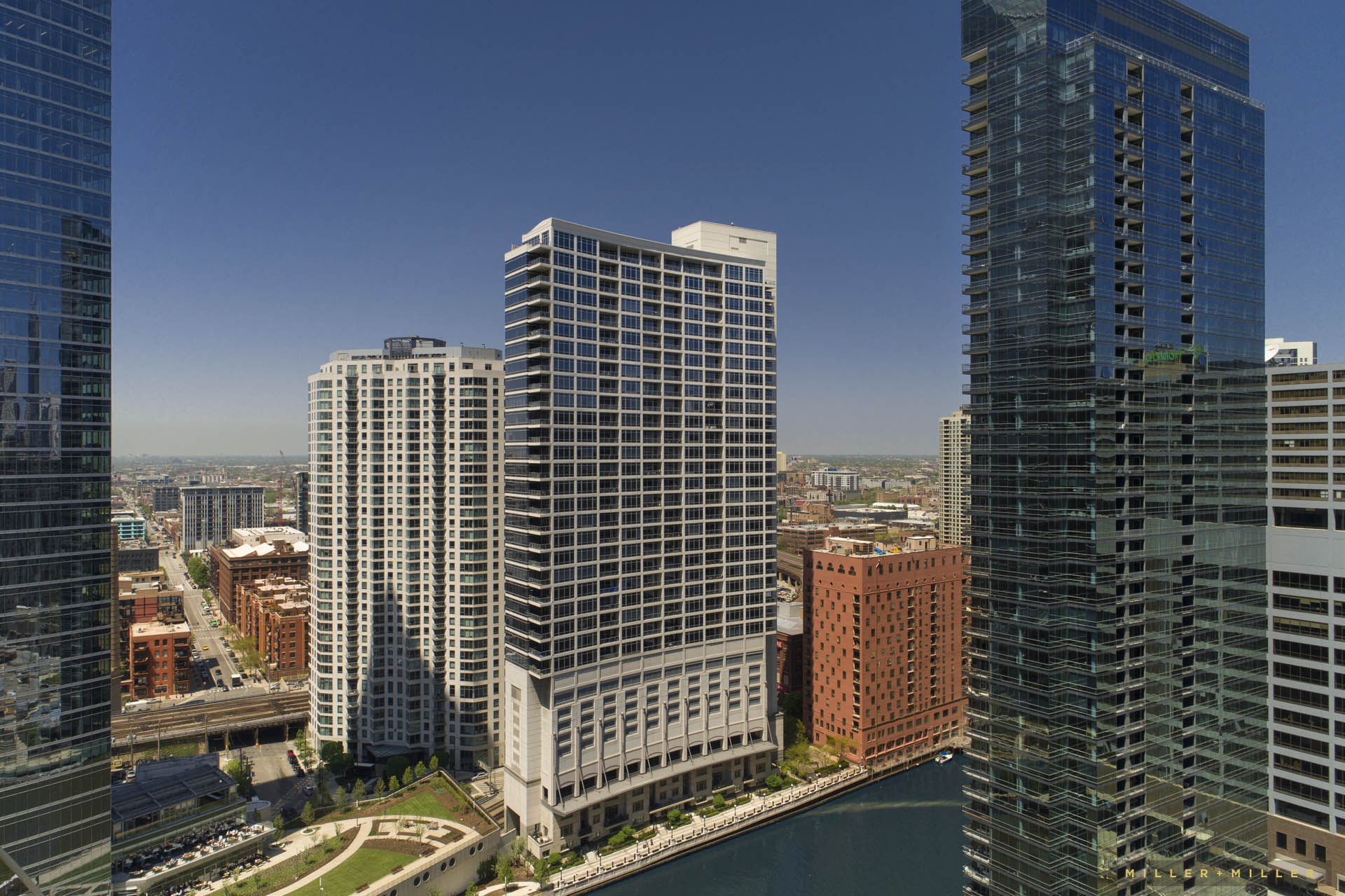 drone-photographer-chicago-river-skyscraper-buildings-photos